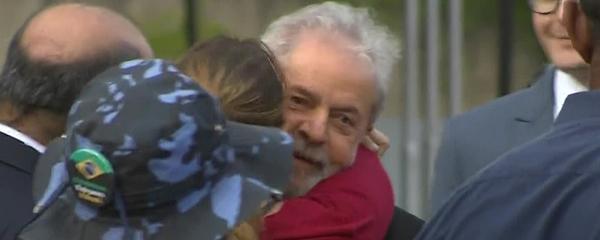 Lula deixa a prisão em Curitiba após decisão do STF