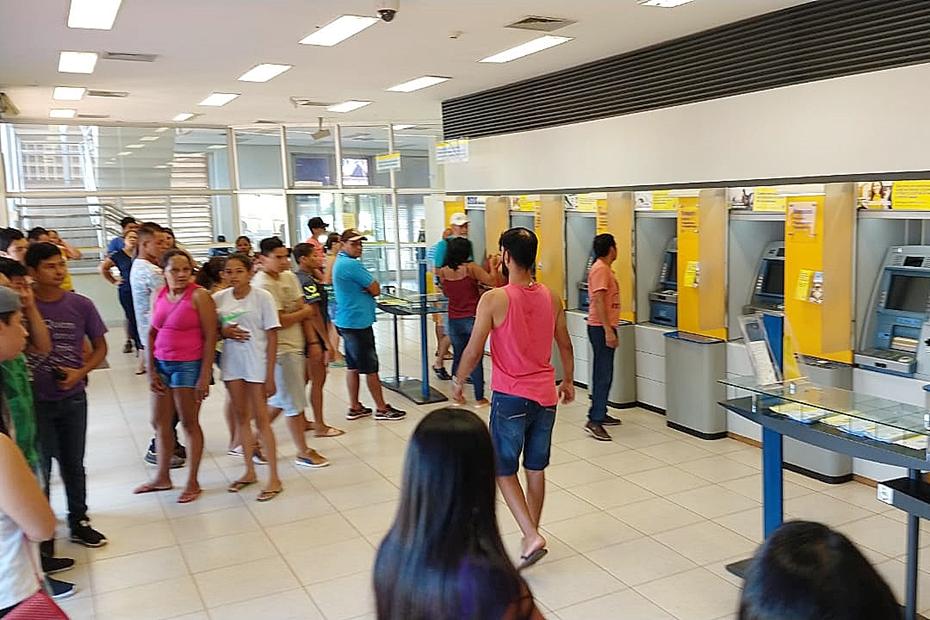 Trabalhadores da Seara enfrentam fila para sacar 13º no Banco do Brasil