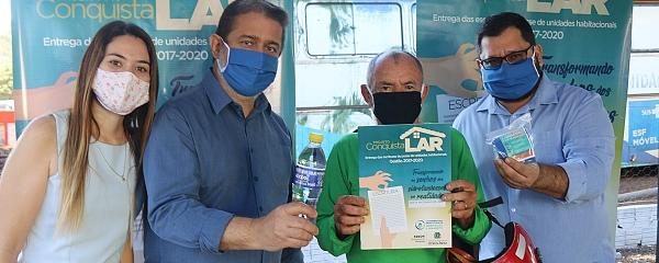 Moradores do Pindorama recebem título de propriedade após anos de espera