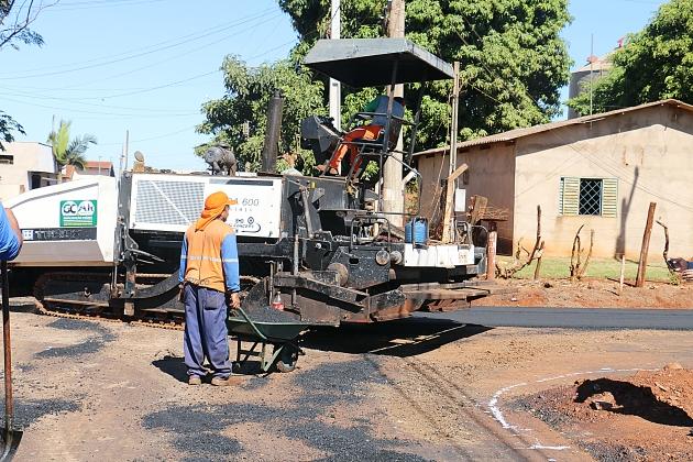 Após 2 anos do início das obras, trecho da Prudente de Moraes recebe asfalto