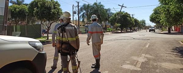 Caminhão rompe cabo de aço, derruba poste de energia, deixa hospital e parte alta sem energia elétrica