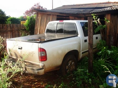 Motorista perde controle e camioneta entre em residência em Paranhos