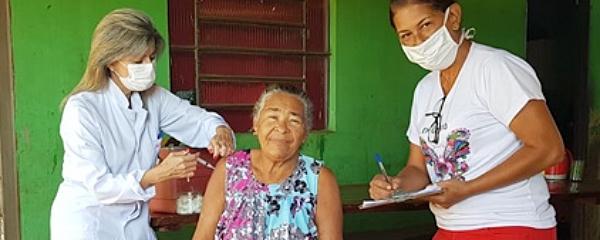 Uso de luvas na aplicação de vacinas gera debate por falta de informação