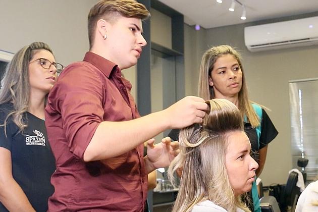 Spazen aprimora técnicas de penteados em curso com Vitor Rizzo para acompanhar as tendências