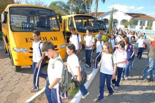 Prefeito entrega 04 ônibus escolares para educação em Jateí