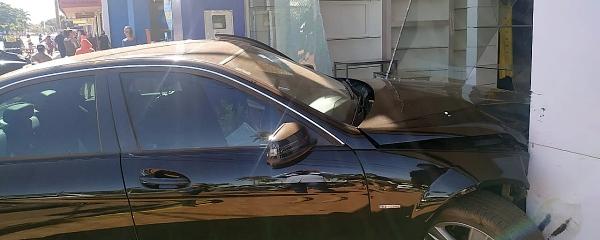 Motorista perde controle de Mercedes e invade loja de roupas em Sidrolândia