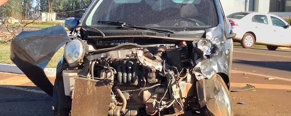Acidente apenas com estragos materiais nos veículos em colisão na rotatória em frente do JBS