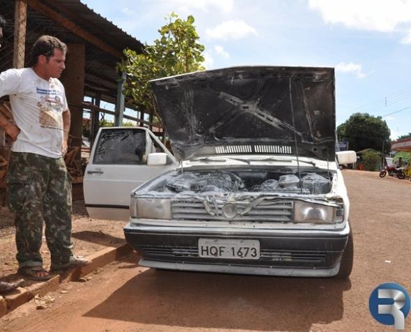 Carro pega fogo no centro de Sidrolândia
