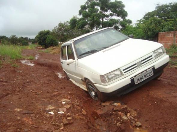 Carro cai em valeta na Vila Ubiratan em Dourados