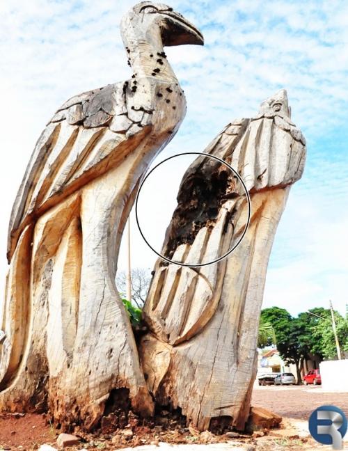"""Esculturas """"Cartão Postal"""" estão apodrecendo no centro de Sidrolândia"""