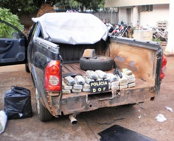 Jovem transportava 27 quilos de cocaína, arma e munição