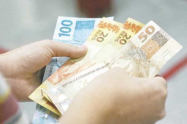 Governo reduz previsão e passa a estimar salário mínimo abaixo de R$ 1 mil em 2019