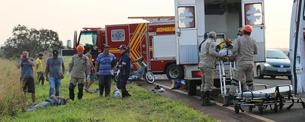 Motorista cochila ao volante, colide em Biz e pedreiros ficam feridos na BR-060