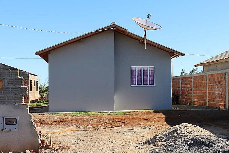 Primeira moradora dos lotes urbanizados completa dois meses na casa própria