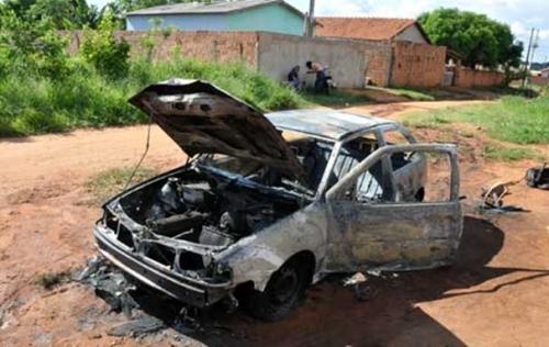 Carro fica totalmente queimado em Campo Grande; mulher acusa ex-marido