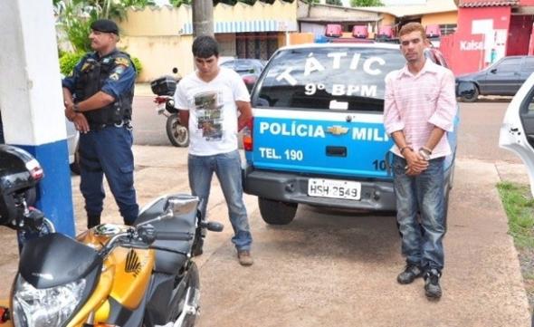 Dupla é presa depois de assaltar dois estabelecimentos pela manhã na Capital