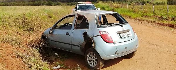 Veículo usado como batedor capota em estrada vicinal no Quebra Coco e bandidos tentam atear fogo
