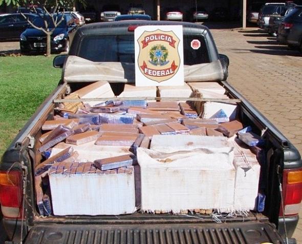 """Carro adesivado com """"diga não às drogas"""" transportava 720kg de maconha"""