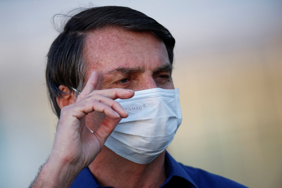 Bolsonaro faz novo teste e continua com coronavírus, diz Planalto