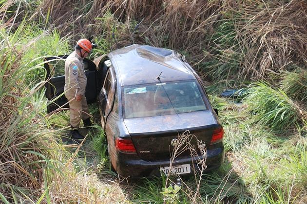 Motorista perde a direção de veículo e capota na BR-060