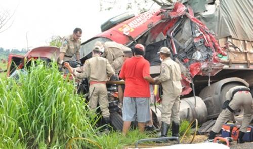Motorista fica ferido em acidente com 3 carretas em Batayporã