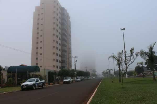 Chuva chega forte em Sidrolândia, derruba temperatura e cidade amanhece sob nevoeiro