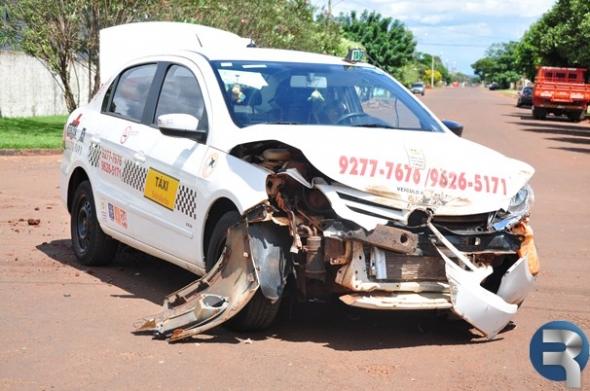 Taxista se envolve em acidente no centro de Sidrolândia