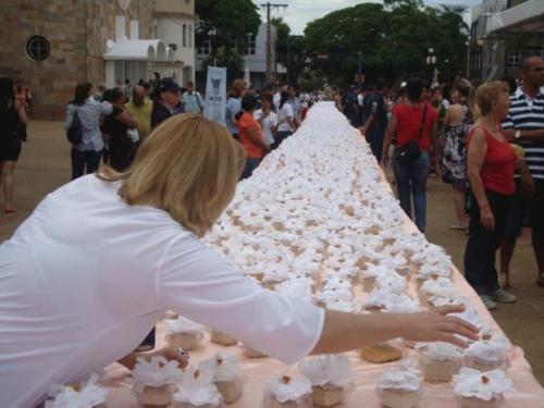 Dourados comemora aniversário com distribuição de bolo na Praça