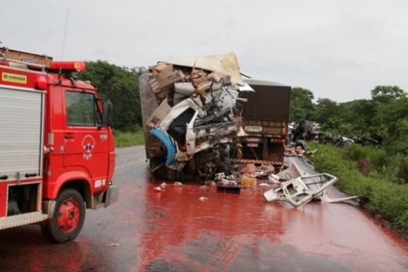 Caminhões batem de frente e três pessoas ficam feridas na BR-163