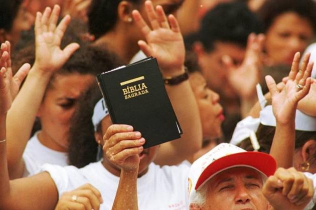 Evangélicos devem ultrapassar católicos no Brasil a partir de 2032