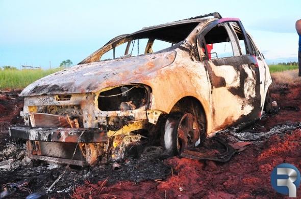 Carro de vereador pega fogo em atoleiro no Assentamento Santa Lúcia