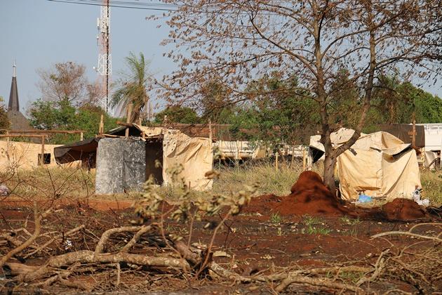 Sem-teto mantém grupo de plantão na área ocupada e representantes de proprietários fizeram vigília
