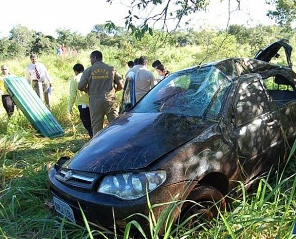 Palio cai em ribanceira de rodovia e motorista morre