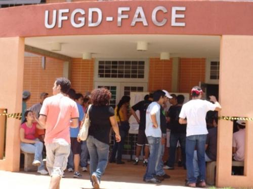 Mais de 13 mil candidatos prestam vestibular da UFGD neste domingo