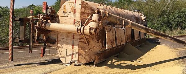 Motorista perde controle em curva e caminhão carregado de ração tomba na MS-162