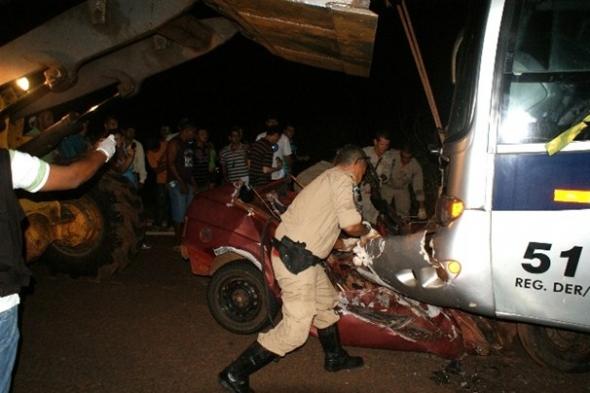 Três pessoas morrem em acidente envolvendo ônibus e carro em Navirai