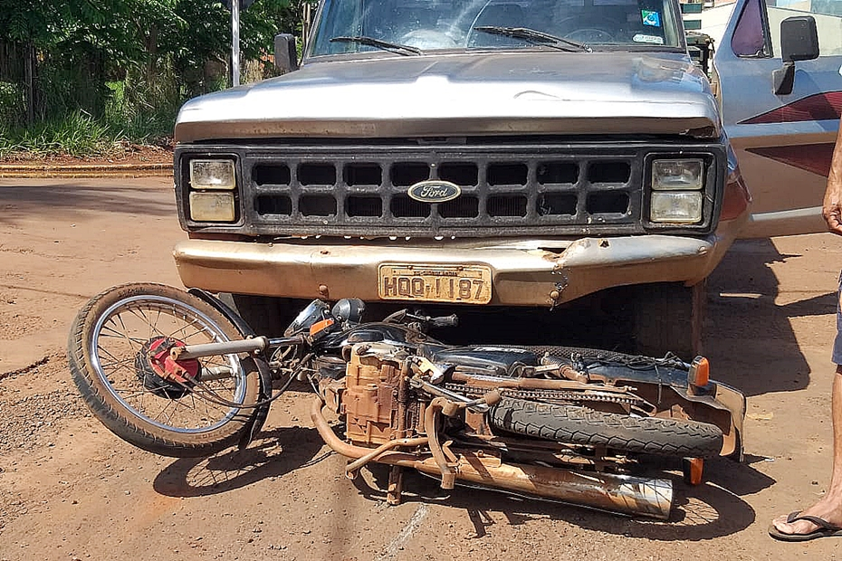 Motorista sem habilitação invade preferencial, provoca colisão em que motociclista teve fratura exposta