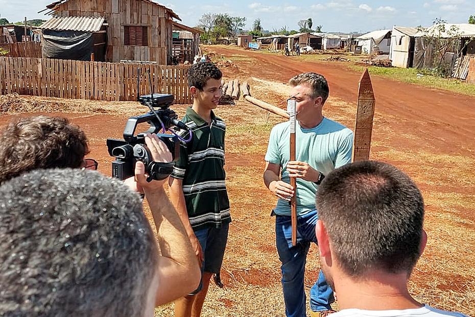 Luciano Huck em Sidrolândia para entrevistar garoto inventor