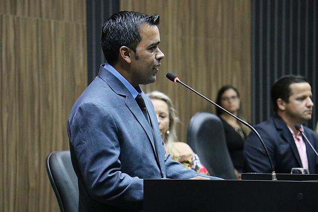 Juscelino toma posse na Câmara na vaga de Edno Ribas
