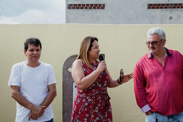 Prefeita Márcia Marques inaugura quadra e parabeniza trabalhadores