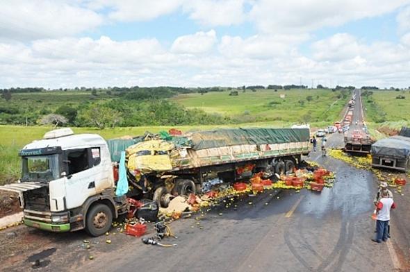 Motorista de caminhão morre após bater de frente com carreta na BR-262