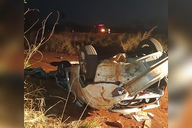 Corolla bate em capivara, capota na BR-060 e duas pessoas morrem no acidente