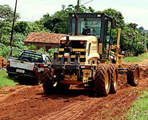 Prefeitura patrola e recupera ruas dos bairros de Glória de Dourados