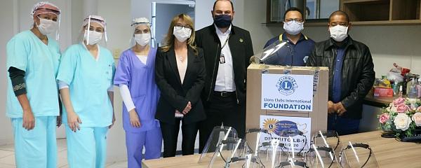 Para combater a Covid-19, Lions doa lote de protetor facial para hospital