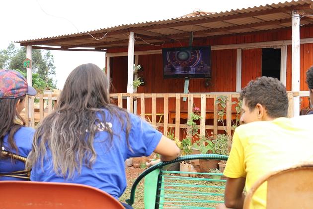 Comunidade do Jatobá improvisa telão para assistir o garoto inventor no Caldeirão do Huck