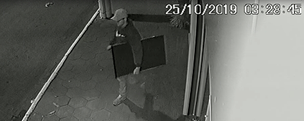 Câmeras flagram bandido arrombando barbearia para furtar TV