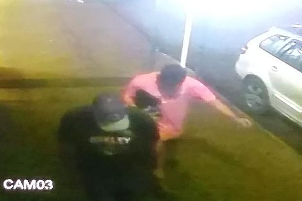 Irritado com pouco dinheiro em caixa, assaltante agrediu funcionário da farmácia duas vezes