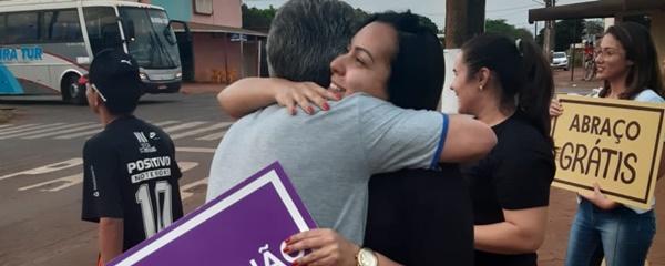 Grupo de jovens da IES distribui abraços voluntários em Sidrolândia