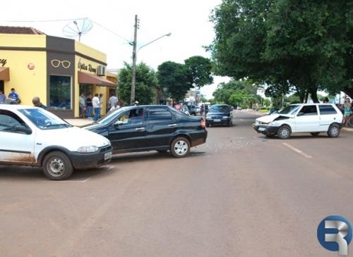 Acidente na Dorvalino dos Santos envolve três veículos