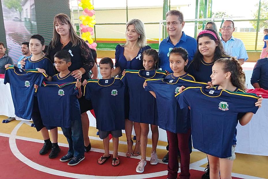 Na inauguração de reforma, prefeito anuncia compra de 9.500 uniformes para alunos das escolas municipais